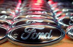 Logos de Ford vistos en la línea de ensamblaje de la fábrica de la compañía en Saarlouis. 6 de diciembre de 2010. Ford Motor reportó una ganancia menor a la esperada en el segundo trimestre y dijo que su pronóstico de beneficios para todo el año estaba en riesgo ante las expectativas de una caída en las ventas de automóviles en Estados Unidos en la segunda mitad del año. Ford Motor reportó una ganancia menor a la esperada en el segundo trimestre y dijo que su pronóstico de beneficios para todo el año estaba en riesgo ante las expectativas de una caída en las ventas de automóviles en Estados Unidos en la segunda mitad del año.  REUTERS/Vincent Kessler/File Photo