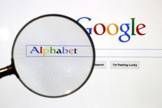 Alphabet, la maison mère de Google, a annoncé jeudi une hausse de 23,1% de son chiffre d'affaires au deuxième trimestre, grâce à ses revenus publicitaires réalisés sur des supports mobiles et pour contenus vidéo. /Photo d'archives/REUTERS/Pawel Kopczynski