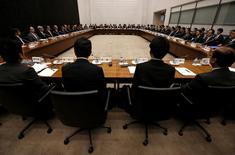 Foto de archivo: Vista general de una reunión trimestral de funcionarios del Banco de Japón en Tokio, Japón, 7 de abril del 2016. El Banco de Japón expandió el viernes su estímulo monetario al duplicar las compras de fondos cotizados en bolsa (ETFs), con lo que cedió a la presión del Gobierno y los mercados financieros pero decepcionó a los inversores que esperaban medidas aún más audaces. REUTERS/Issei Kato