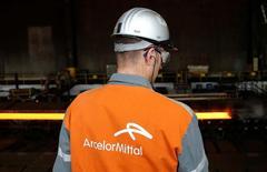 Рабочий наблюдет за производственным процессом на стальном заводе ArcelorMittal в Генте. Крупнейший в мире производитель стали ArcelorMittal сообщил, что восстановление цен на сталь и рост объёмов продаж обеспечили увеличение квартальной прибыли компании. Тем не менее, производитель сохранил осторожность в прогнозах на 2016 год, оставив их на прежнем уровне. REUTERS/Francois Lenoir