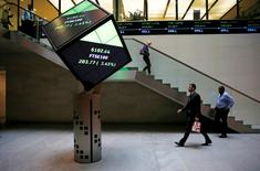 People walk through the lobby of the London Stock Exchange in London, Britain August 25, 2015.  REUTERS/Suzanne Plunkett/File photo - RTSHC1D