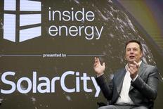 Tesla Motors dijo que comprará la empresa de instalación de paneles solares SolarCity por 2.600 millones de dólares en acciones para crear una empresa única de energías limpias. En la imagen,  Elon Musk, el presidente de SolarCity y consejero de Tesla Motors, en un evento organizado por SolarCity en Nueva York el 2 de octubre de 2015.   REUTERS/Rashid Umar Abbasi
