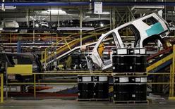 Una camioneta se mueve por la línea de ensamblaje de la planta de General Motors en Arlington, Texas. 9 de junio de 2015. El sector manufacturero de Estados Unidos se expandió en julio pero a un ritmo más lento que en el mes previo, según un reporte de la industria publicado el lunes. REUTERS/Mike Stone