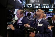 Трейдеры на фондовой бирже в Нью-Йорке. 28 июля 2016 года. Фондовые индексы США разнонаправленны в понедельник, первый торговый день августа, на фоне роста технологических акций, таких как Apple, и слабости энергосектора под влиянием низких цен на нефть. REUTERS/Brendan McDermid