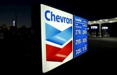 Una gasolinera de Chevron en Cardiff, EEUU, ene 25, 2016. El petróleo en Estados Unidos cayó el lunes por debajo de los 40 dólares por vez primera desde abril, mientras los precios de los dos referenciales cedieron cerca del 4 por ciento por un alza de la preocupación sobre un exceso de producción pese al periodo veraniego boreal, de mayor demanda de combustible.  REUTERS/Mike Blake/File Photo