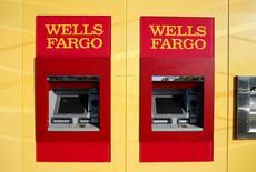 Unos cajeros automáticos de Wells Fago en Carlsbad, EEUU, ene 25, 2016. Los bancos estadounidenses endurecieron los requisitos para entregar créditos a empresas e industrias en el segundo trimestre, según un sondeo publicado el lunes por la Reserva Federal.   REUTERS/Mike Blake