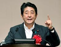 El primer ministro de Japón, Shinzo Abe, da un discurso en Fukuoka. 27 de julio de 2016. El Gabinete del primer ministro de Japón, Shinzo Abe, aprobó el martes un paquete de medidas fiscales por 13,5 billones de yenes (132.000 millones de dólares), en momentos en que el banco central intentaba acallar  las especulaciones del mercado respecto a que podría frenar los estímulos monetarios para la tercera mayor economía del mundo. Mandatory credit Kyodo/via REUTERS