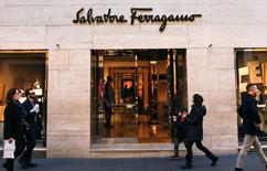 Salvatore Ferragamo a fait état mardi de résultats du premier semestre légèrement en-deçà des attentes, le groupe de luxe italien ayant pâti de piètres performances commerciales sur ses deux marchés clef que l'Europe et l'Asie. /Photo d'archives/REUTERS/Tony Gentile