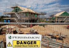 La economía británica se está contrayendo al ritmo más rápido desde la crisis financiera de 2008/2009, haciendo inevitable que el Banco de Inglaterra anuncie el jueves un recorte en los tipos de interés, dijeron los editores de un sondeo empresarial muy relevante para el mercado.  En la imagen, un cartel en un solar en construcción de Persimmon en Dartford, 21 de agosto de 2015. REUTERS/Neil Hall/File Photo