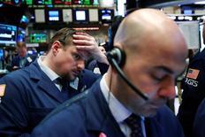Трейдеры на Уолл-стрит. Фондовые индексы США немного растут в начале торгов среды, так как укрепление акций энергетического и финансового секторов компенсировало спад секторов здравоохранения и потребительских товаров.  REUTERS/Lucas Jackson