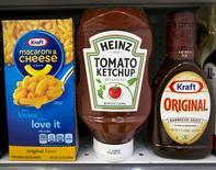 Kraft Heinz, le fabricant du fromage Kraft, du ketchup Heinz et de la gelée Jell-O, annonce jeudi un bénéfice multiplié par quatre au titre du deuxième trimestre, grâce à la baisse des cours des matières premières et à des mesures agressives de réduction des coûts. Le bénéfice net attribuable au groupe a atteint 770 millions de dollars pro forma. /Photo d'archives/REUTERS/Brendan McDermid