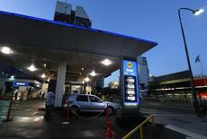 Una gasolinera de YPF en Buenos Aires. 4 de febrero de 2016.  La petrolera estatal argentina YPF informó el jueves que tuvo pérdidas de 753 millones de pesos (50,7 millones de dólares) en el segundo trimestre, principalmente por la devaluación de la moneda local, en una abrupta caída frente a la ganancia de 2.298 millones de pesos de hace un año. REUTERS/Enrique Marcarian