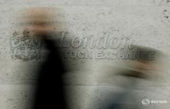 Les Bourses européennes ont ouvert en hausse vendredi, soutenues comme la veille par la décision de la Banque d'Angleterre d'abaisser son taux directeur et de lancer un programme de rachat d'actifs, qui a fait chuter la livre sterling. /Photo d'archives/REUTERS/Stephen Hird