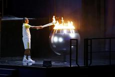 2016 Rio Olympics - Opening ceremony - Maracana - Rio de Janeiro, Brazil - 05/08/2016. Former Brazilian marathon runner Vanderlei Cordeiro de Lima lights the Olympic cauldron at the opening ceremony. REUTERS/Ivan Alvarado