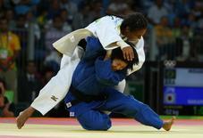 Judoca brasileira Erika Miranda (de branco) durante luta pela medalha de bronze contra a japonesa Misato Nakamura na Rio 2016 07/08/2016 REUTERS/Toru Hanai