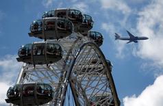 Las reservas de vuelos a Reino Unido crecieron al mes siguiente de que el país votase a favor de abandonar la UE, debido a que los visitantes internacionales buscaron aprovecharse de unas vacaciones más baratas en Reino Unido a causa de la caída de la libra.  En la imagen de archivo, un avión vuela sobre el London Eye de Londres, REUTERS/Peter Nicholls