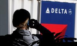 Los sistemas electrónicos de Delta Air Lines sufrieron el lunes un colapso generalizado, dejando en tierra a los pasajeros de una de las mayores aerolíneas globales en aeropuertos de todo el mundo y provocando retrasos en los vuelos. En esta imagen de archivo, una pasajera habla por teléfono en una puerta de Delta Airlines en el aeropuerto internacional de Salt Lake City el 21 de noviembre de 2012.    REUTERS/George Frey/File Photo