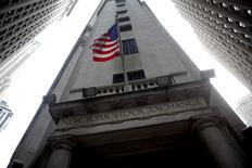 Wall Street a terminé lundi en très légère baisse, un recul des valeurs de la santé ayant effacé pour un temps les effets de la dynamique créée par la vigueur du marché du travail en juillet aux Etats-Unis. Le Dow Jones a perdu 0,08% à 18.529,29 points. Le Standard & Poor's 500, plus large, a cédé 0,09% et le Nasdaq Composite a perdu 0,15%. /Photo d'archives/REUTERS/Eric Thayer