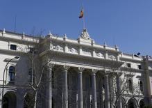 La rentabilidad del bono español a 10 años bajaba el martes a un mínimo histórico récord del 0,972 por ciento y por debajo de la cota psicológica del uno por ciento. Imagen de la bolsa de Madrid tomada el 3 de marzo de 2016. REUTERS/Paul Hanna