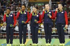Equipe de ginástica feminina dos EUA comemora medalha de ouro. 09/08/2016  REUTERS/Mike Blake