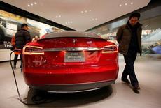 """Tesla a annoncé mercredi que l'une de ses voitures avait été accidentée en Chine alors qu'elle roulait en mode de """"pilotage automatique"""" et le conducteur du véhicule a déclaré que les vendeurs du constructeur lui avaient présenté cette fonction d'assistance à la conduite comme un mode de conduite autonome. /Photo d'archives/REUTERS/Kim Kyung-Hoon"""