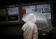 Un hombre mira una pantalla que muestra la variación del índice Nikkei, afuera de una correduría en Tokio, Japón. 13 de junio de 2016. El índice de acciones japonesas Nikkei cayó el miércoles por el fortalecimiento del yen frente al dólar luego de la publicación el martes de un dato económico desalentador en Estados Unidos, mientras que los inversores tomaban ganancias antes de un feriado en Japón. REUTERS/Issei Kato