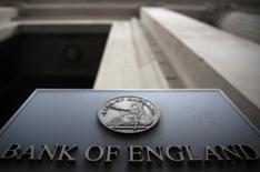"""Un letrero fuera del Banco de Inglaterra en Londres, el 4 de agosto de 2016. El crecimiento se desaceleró en Reino Unido en el sector de servicios y el gasto de los consumidores bajó el mes pasado, según un sondeo del Banco de Inglaterra que, no obstante, ofreció un panorama menos uniforme de la economía que algunos indicadores más pesimistas desde la votación del """"Brexit"""". REUTERS/Neil Hall"""