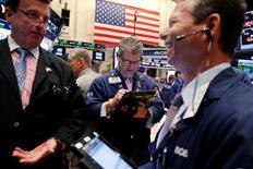Wall Street a légèrement reculé mercredi, tirée vers le bas par le secteur de l'énergie après l'annonce d'une nouvelle augmentation des stocks de brut la semaine dernière aux Etats-Unis. Le Dow Jones a perdu 0,2% à 18.495,66 points. Le Standard & Poor's 500, plus large, a cédé 0,29% et le Nasdaq Composite a abandonné 0,4%. /Photo prise le 9 août 2016/REUTERS/Lucas Jackson