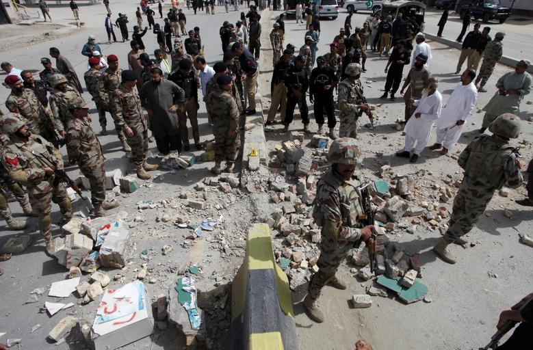 Security officials gather at the site of a bomb explosion in Quetta, Pakistan, August 11, 2016. REUTERS/Naseer Ahmed