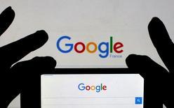 Поисковая страница Google на экране смартфона. Федеральная антимонопольная служба России определилась с размером штрафа для американского интернет-гиганта Google, обвиненного регулятором в злоупотреблении доминирующим положением на рынке мобильных приложений.  REUTERS/Eric Gaillard/Illustration/File Photo