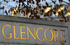 El logo de Glencore en la sede de la compañía en Baar. 20 de noviembre de 2012. Glencore elevó el jueves sus previsiones para la producción de cobre en 2016 y redujo las de los suministros de carbón y petróleo, al tiempo que confirmó recortes en la actividad en el primer semestre del año que ayudaron a ajustar a un mercado sobreabastecido. REUTERS/Arnd Wiegmann/File Photo
