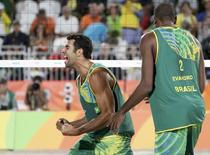 Pedro e Evandro comemoram vitória.  11/08/2016.  REUTERS/Ricardo Moraes