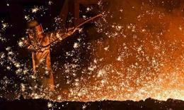 La producción industrial de la zona euro se incrementó más de lo esperado en junio en términos mensuales después de haberse desplomado en mayo, según las cifras divulgadas el viernes por la oficina de estadística de la Unión Europea.  Imagen de un trabajador del acero en una planta de la alemana Salzgitter en Salzgitter, Alemania, el 17 de marzo de 2015. REUTERS/Fabian Bimmer/File Photo