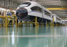 Un empleado trabaja en el ensamblaje de un tren de alta velocidad, en la fábrica de Tangshan Railway Vehicle's, en Hebei, China. 11 de febrero de 2015. Empresas chinas están intentando reactivar el proyecto de tren rápido de 11.000 millones de dólares para conectar las dos ciudades más grandes de Brasil, descartado después de que el país sudamericano cayó en recesión y en la agitación política, dijeron a Reuters tres fuentes familiarizadas con el tema.   REUTERS/Kim Kyung-Hoon
