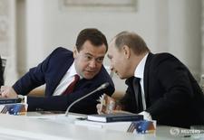Президент России Владимир Путин (справа) и премьер Дмитрий Медведев в Кремле в Москве 24 декабря 2014 года. Премьер-министр России Дмитрий Медведев сказал в пятницу, что Москва может быть вынуждена разорвать дипломатические отношения с Украиной после инцидента в аннексированном Крыму, который Кремль называет украинской диверсией, а Киев - российской провокацией. REUTERS/Dmitry Astakhov/RIA Novosti/Pool