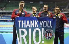 Equipe dos EUA comemora medalha de ouro. 13/08/2016.  REUTERS/Stefan Wermuth