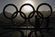 Homem pega bola de tênis perto dos anéis olímpicos no Parque Olímpico do Rio de Janeiro 13/08/2016 REUTERS/Kevin Coombs