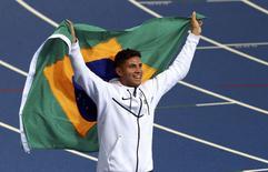 Brasileiro Thiago Braz comemora medalha de ouro no salto com vara na Olimpíada Rio 2016 15/08/2016 REUTERS/David Gray