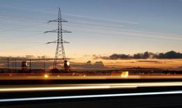 Una torre de tensión vista en una carretera en Puchuncaví, al noroeste de Santiago, 5 de septiembre de 2014. Las ofertas económicas de una gran licitación de suministro eléctrico en Chile anticipan precios por debajo de los 60 dólares por megavatio/hora, lo que mejora las expectativas del mercado y asegura una mayor competitividad, dijo el martes a Reuters el ministro de Energía, Máximo Pacheco. REUTERS/Eliseo Fernandez