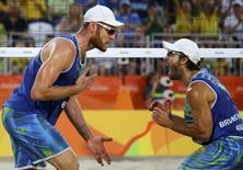 Alison e Bruno comemoram durante semifinal.  16/08/2016.  REUTERS/Pilar Olivares