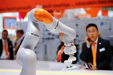 Le ministère allemand de l'Economie a déclaré mercredi qu'il autoriserait le rachat du constructeur de robots industriels Kuka par le groupe chinois d'électroménager Midea, une opération qui suscite des inquiétudes en raison du risque de voir d'importantes technologies allemandes transférées en Chine. /Photo d'archives/REUTERS/Wolfgang Rattay