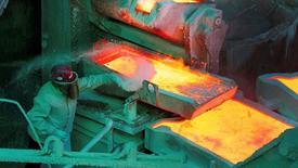 Un empleado revisa un proceso en la planta refinadora de cobre de la estatal Codelco Ventanas en Ventanas, Chile, ene  7,  2015. La estatal chilena Codelco, mayor productora mundial de cobre, espera un alza en el valor del metal para el 2018 a alrededor de 2,30 dólares por libra, dijo el miércoles el jefe de la minera.  REUTERS/Rodrigo Garrido/File Photo