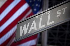Указатель на Уолл-стрит рядом с Нью-Йоркской фондовой биржей. Торги на американском фондовом рынке завершились в среду некоторым ростом после того, как опубликованный протокол июльского заседания ФРС указал на разногласия среди участников по поводу того, повышать ли ставки в скором времени.   REUTERS/Carlo Allegri/File Photo