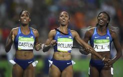 Atletas norte-americanas Kristi Castlin, medalha de bronze; Brianna Rollins, medalha de ouro, e Nia Ali, medalha de prata, comemoram resultado dos 100 metros com barreira na Rio 2016 17/08/2016 REUTERS/Dylan Martinez