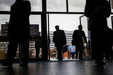 Personas entrando a una feria de empleos en Uniondale, Nueva York. 7 de octubre de 2014. El número de estadounidenses que pidieron el subsidio por desempleo bajó más de lo esperado la semana pasada, lo que alienta las perspectivas de que la fortaleza sostenida del mercado laboral pueda llevar a la Reserva Federal a subir pronto las tasas de interés. REUTERS/Shannon Stapleton
