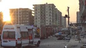 Фрагмент видезаписи с изображением машиный скорой помощи на месте взрыва бомбы в Кизитепе, Турция, 10 августа 2016 года. Семь сотрудников служб безопасности погибли и 224 человека получили ранения после двух взрывов на юго-востоке Турции, сообщили чиновники и источники в спецслужбах, возложив вину за акты насилия на курдских боевиков. REUTERS/REUTERS TV