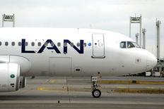 Un avión de LAN en el aeropuerto internacional de Santiago, ene 27, 2016. Los accionistas de LATAM Airlines, el mayor grupo de transporte aéreo de América Latina, aprobaron el jueves un aumento de capital por más de 600 millones de dólares, que permitirá el ingreso a la propiedad de la asiática Qatar Airways.  REUTERS/Ivan Alvarado