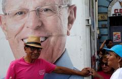 Сторонники будущего президента Перу Педро Пабло Кучински на предвыборном мероприятии в Лиме 17 мая 2016 года. Перу стала восходящей звездой развивающихся рынков. REUTERS/Mariana Bazo