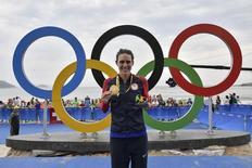 Triatleta Gwen Jorgensen mostra medalha de ouro conquistada nos Jogos Rio 2016 20/06/2016 REUTERS/Jeff Pachoud/Pool