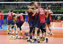 EUA comemoram bronze no vôlei.  21/08/2016.   REUTERS/Dominic Ebenbichler